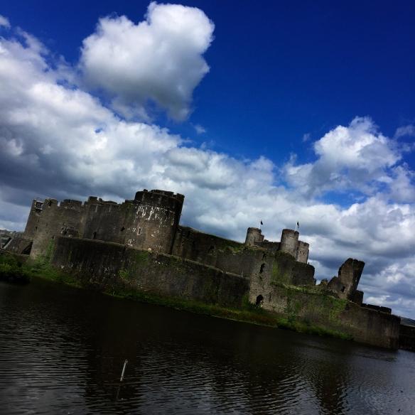 Caerphilly Castle näytti silmissäni juuri siltä, miltä lapsena kuvittelin ritarien linnojen näyttävän. (with iPhone6)
